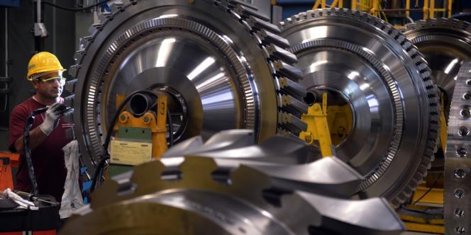 Desertec est un projet essentiellement porté par les industriels et le gouvernement allemands. Le retrait de Siemens constitue un revers de taille pour ces protagonistes - ici, un ouvrier du géant industriel, le 8 novembre 2012 à Berlin.