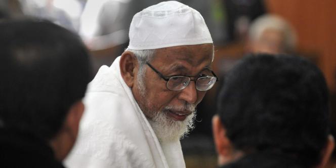 L'imam radical indonésien Abu Bakar Ba'asyir s'entretient avec ses avocats après sa condamnation, le 16 juin 2011 par le tribunal de Jakarta, à quinze de prison pour avoir financé un camp d'entraînement de terroristes dans la province d'Aceh.