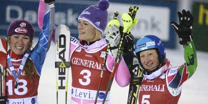 Maria Hoefl-Riesch sur le podium du slalom de Levi, entourée de Tanja Poutiainen (à droite) et Mikaela Shiffrin.