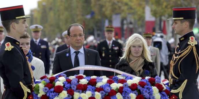 François Hollande, entouré de Charles et Caroline, enfants de soldats tués au combat cette année.