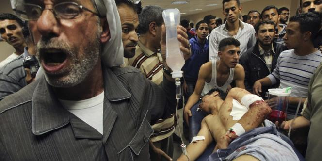 Un blessé transporté dans un hôpital de Gaza, samedi 10 novembre 2012.
