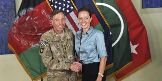 Le général David Petraeus et Paula Broadwell, le 13 juillet 2011.