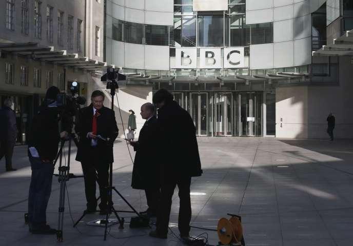La presse ne se prive pas de railler le fonctionnement de la British Broadcasting Corporation.