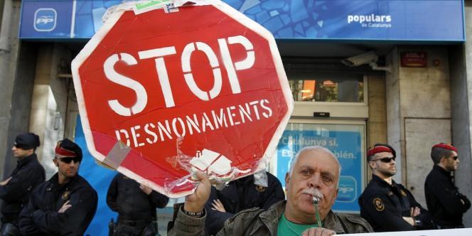 Les suicides de deux personnes qui étaient sur le point d'être expulsées de leur logement ont provoqué un mouvement de protestation sociale.