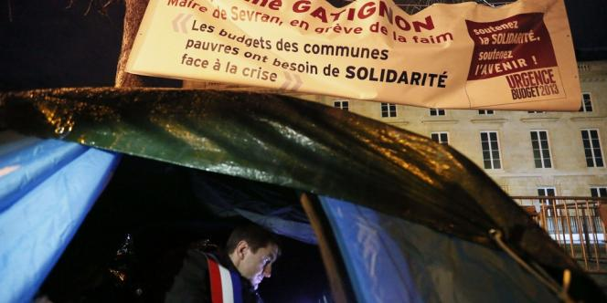 Le maire de Sevran, devant l'Assemblée nationale à Paris.