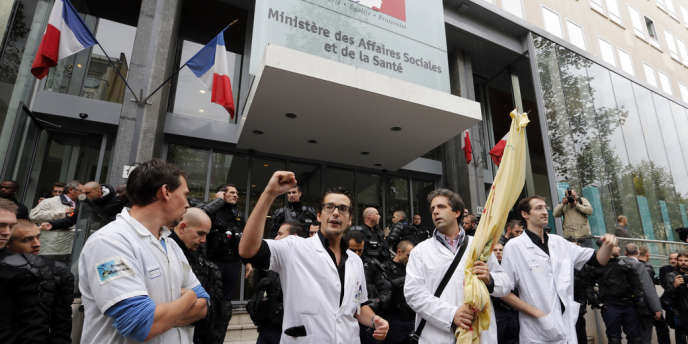 Des internes en grève des hôpitaux sont rassemblés, le 17 octobre 2012, devant le ministère de la Santé à Paris.