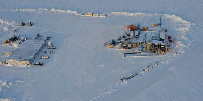 Vue d'un puits de forage dans l'Alaska.