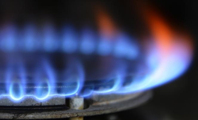 En France, le tarif réglementé, qui concerne encore un tiers des 10,7millions d'abonnés au gaz, augmentera de 9,96% au 1erjuillet.