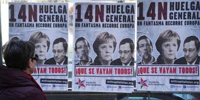 A Madrid, une femme lit un appel à la grève pour le 14 novembre.