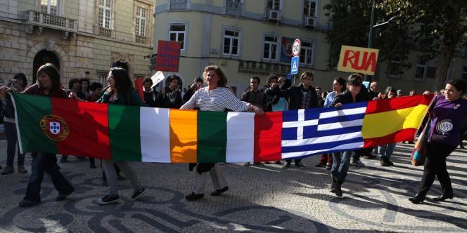 Des manifestants devant le parlement lisboète.