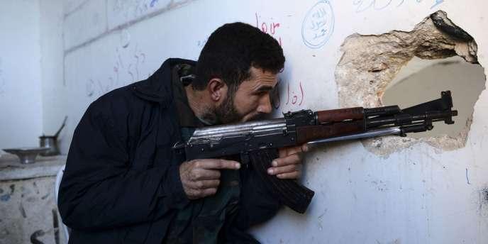 Un rebelle syrien dans un quartier du nord d'Alep, mardi 13 novembre.