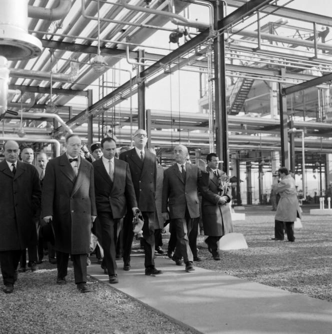 Le général de Gaulle, président de la République, en visite à l'usine de Lacq (Pyrénées-Atlantiques), le 15 février 1959.