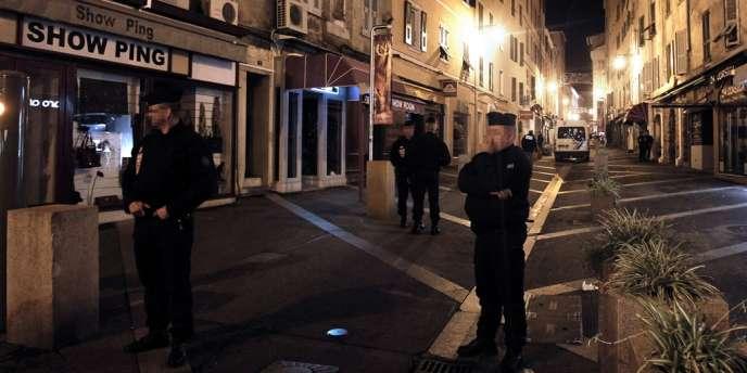 Des policiers près de la scène du crime, dans le centre-ville d'Ajaccio.