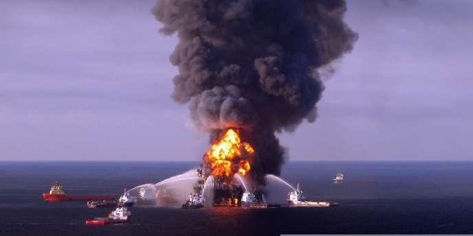 Les gardes-côtes américains essaient d'éteindre l'incendie de la plate-forme pétrolière Deepwater Horizon, le 21 avril 2010.