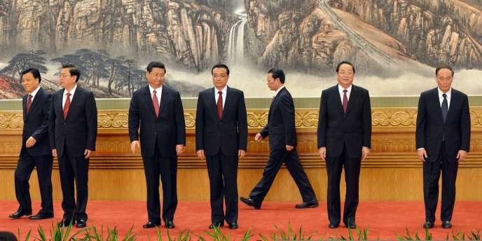 Les sept nouveaux membres du comité permanent du bureau politique, tous vêtus de costumes noirs, sont apparus devant la presse à l'issue de la première session plénière du comité central.