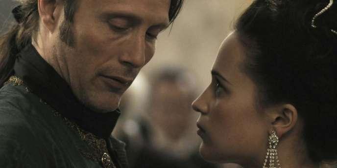 Mads Mikkelsen et Alicia Vikander dans le film danois de Nikolaj Arcel,