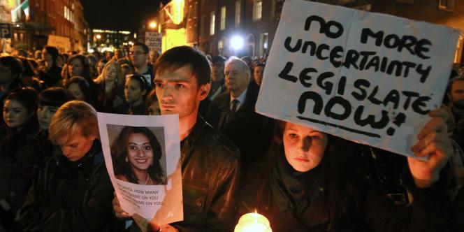 Une marche en hommage à Savita Halappanavar devant le Parlement irlandais, mercredi 14 novembre.