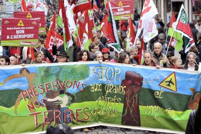 L'une des nombreuses manifestations contre le projet d'aéroport de Notre-Dame-des-Landes, dont les travaux doivent commencer en 2013. Ici, à Paris, le 10 novembre 2012.