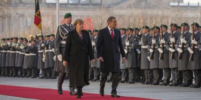 La chancelière allemande, Angela Merkel, et le premier ministre polonais, Donald Tusk, passent en revue la garde d'honneur devant la chancellerie de Berlin, le 14 novembre.