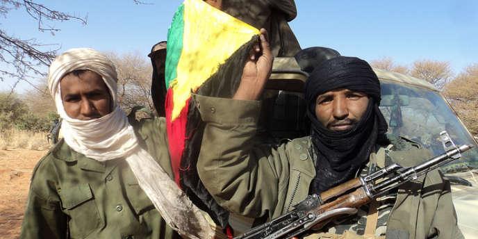 Rebelles touareg avec le drapeau de l'Azawad, région recouvrant le nord du Mali.