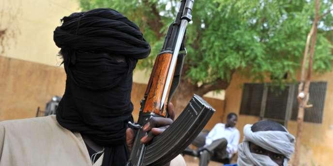 Des combattants du Mouvement pour l'unicité et le jihad en Afrique de l'Ouest (Mujao), à Gao, au Mali, en juin.