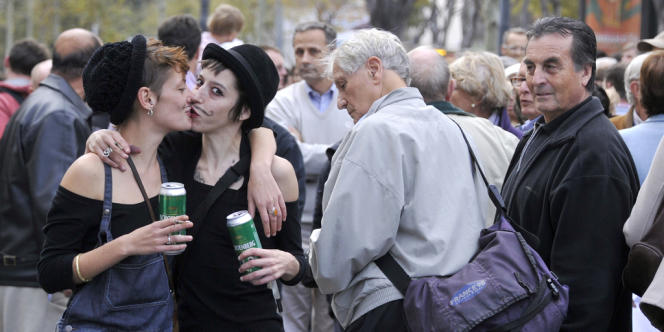 Deux femmes s'embrassent devant des manifestants hostiles au mariage homosexuel, samedi à Marseille.