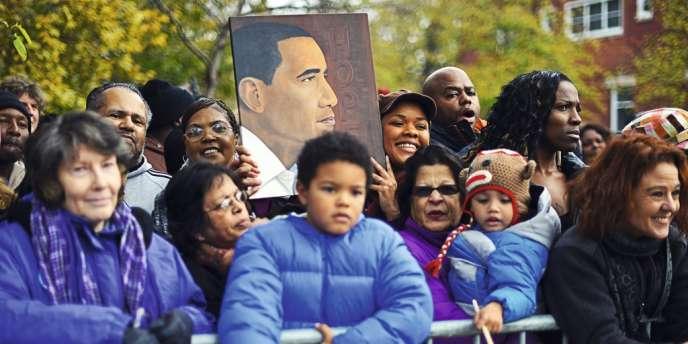 Le lendemain de sa réélection, des soutiens du président Obama l'attendent devant sa maison de Chicago.