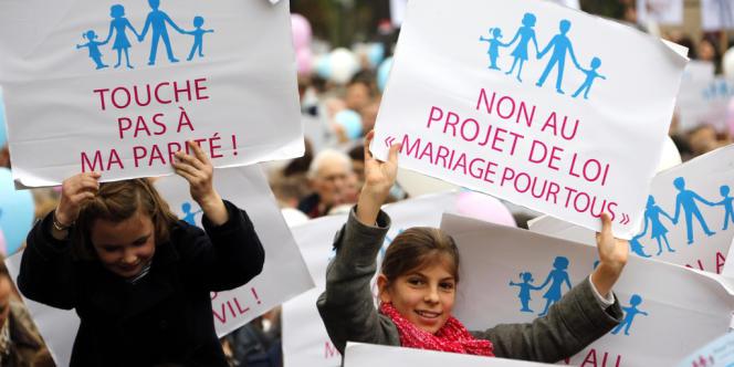 Des enfants dans le cortège parisien de la manifestation contre le mariage pour tous, samedi 17 novembre.