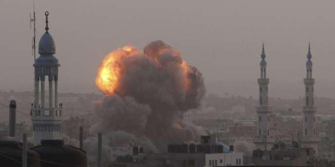 Une explosion après une frappe aérienne israélienne sur la bande de Gaza, samedi 17 novembre.