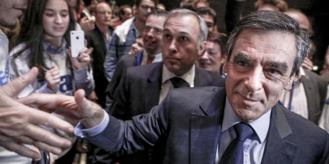 Rassemblement militant autour de François Fillon, candidat à  la présidence de l'UMP, au Palais des congrès à  Paris, lundi 12 novembre.