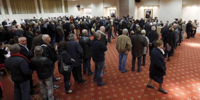 Dans plusieurs villes, les files d'attentes ont été longues devant les bureaux de vote, causant quelques problèmes d'organisation, comme ici à Nice.