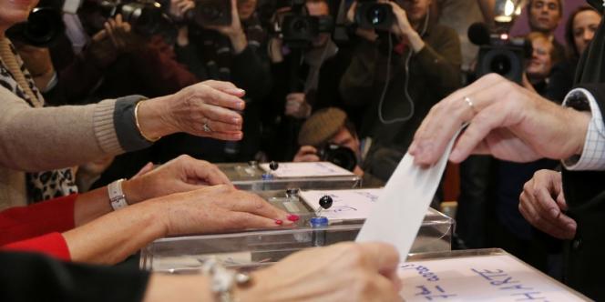 L'ancien premier ministre, François Fillon, favori des sondages, a lui même du faire la queue , à Paris, pour mettre son bulletin de vote dans l'urne.