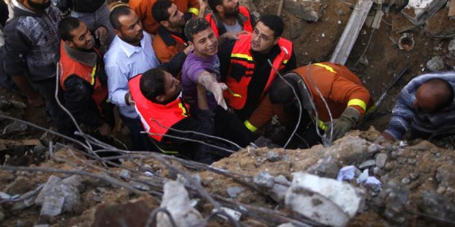 Un Palestinien dégagé des décombres d'une maison après un bombardement, dimanche 18 novembre;