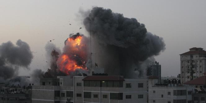 Une explosion après une frappe aérienne israélienne à Gaza, dimanche 18 novembre.