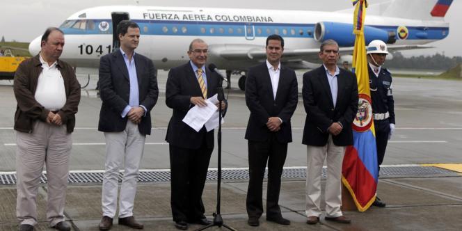 Le négociateur en chef du gouvernement, Humberto de la Calle, prends la parole avant son départ pour Cuba, dimanche.
