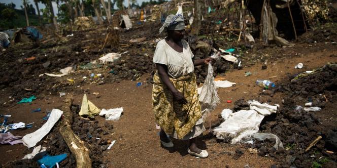 Une Congolaise dans un camp de réfugiés abandonné, à Kanyarucinya, près de Goma, le 19 novembre.