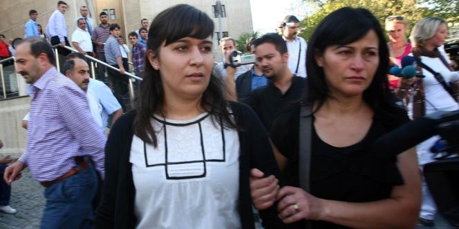 Sevil Sevimli avec sa mère, à leur arrivée au tribunal de Bursa (Turquie), le 26 septembre 2012.
