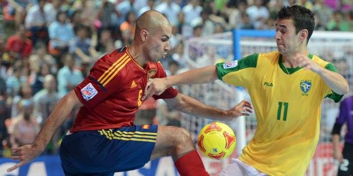 Le Brésil de Neto, ici contre l'Espagnol Fernandao, a remporté cinq des six Mondiaux de futsal Fifa.