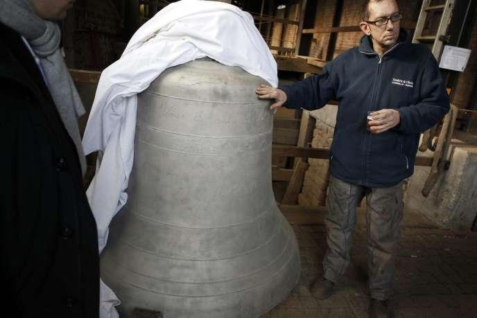 Fondue à Villedieu-les-Poêles dans la Manche, la cloche Benoît-Joseph sonnera bientôt au clocher de Notre-Dame de Paris.