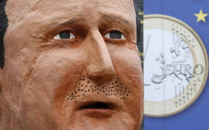 Un manifestant porte un masque de David Cameron, le 19 novembre à Bruxelles.