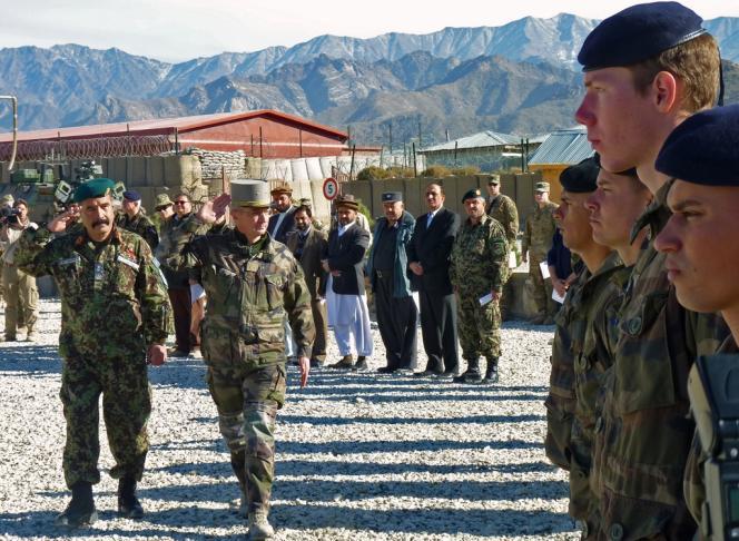 Le général Eric Hautecloque-Raisz (à droite) et le général General Waziri (à gauche) sur la base de Nijrab, en Kapisa, le 20 novembre.