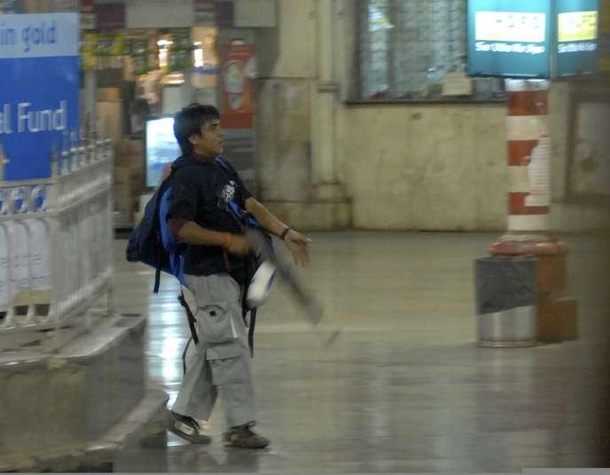 Ajmal Kasab avait été arrêté, après avoir été filmé dans la gare, armé d'un AK-47 lors de l'attaque.