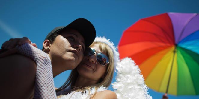 Un couple lors de la 17e gay pride sur l'avenue qui borde la plage de Copacabana, à Rio de Janeiro, en novembre 2012.