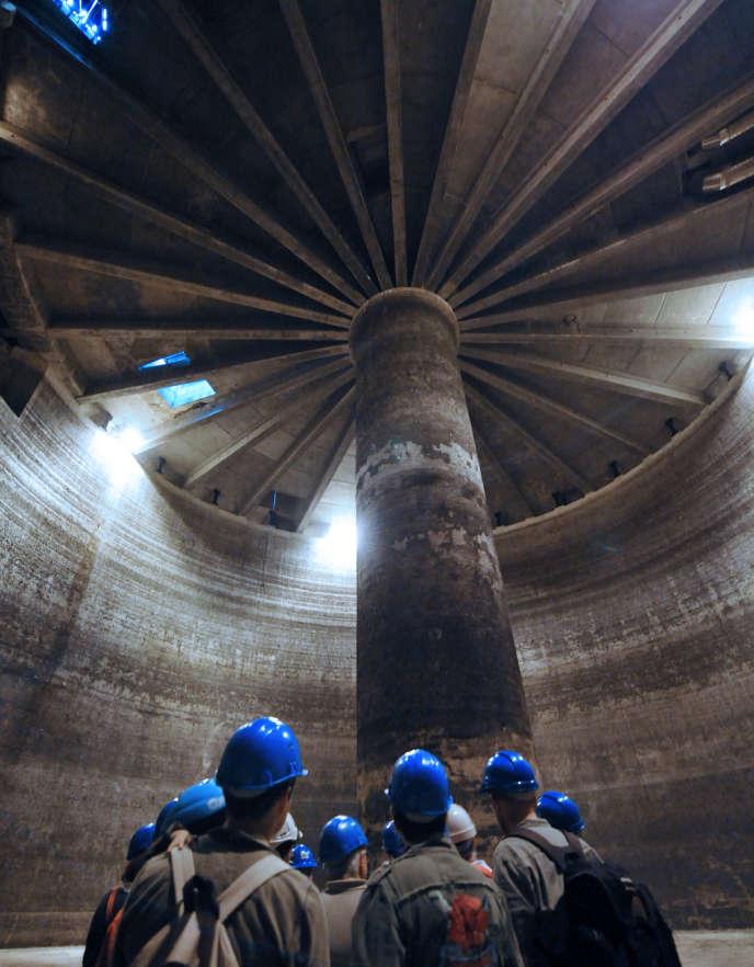 Visite du bassin de la Grenouillère, à Bordeaux, le 17 septembre 2011. Ce site, construit entre autres pour lutter contre les inondations, peut stocker et dépolluer 65 000 mètres cubes d'eau de pluie qui, après traitement, seront rejetés dans la Garonne ou acheminés en station d'épuration.
