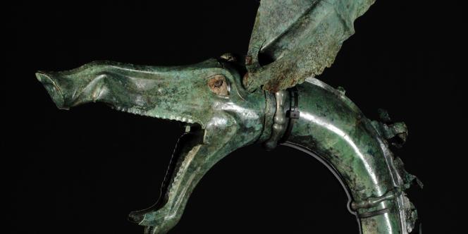Détail d'un des carnyx retrouvés en pièces en 2004 sur le site de Tintignac (Corrèze). Il représente une tête de sanglier stylisée.