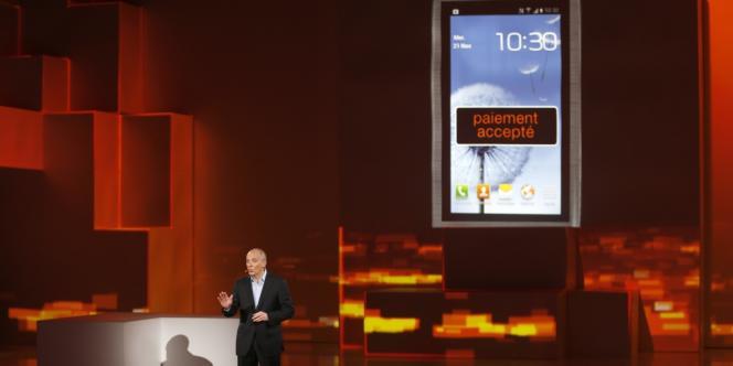 Stéphane Richard présente en 2012 les nouveautés d'Orange, dont le paiement mobile par NFC.
