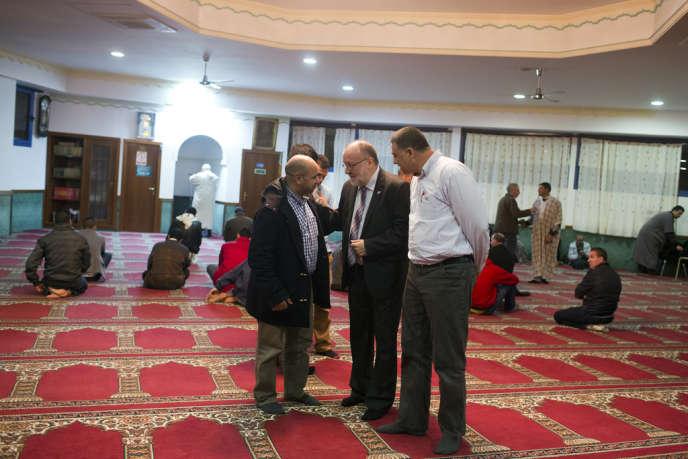 Angel Colom (au centre), chargé de l'immigration pour le parti au pouvoir Convergence démocratique de Catalogne, dans une mosquée à Mataro.