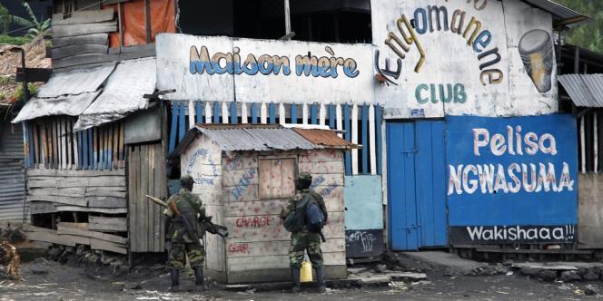 Des rebelles patrouillent dans une rue de Saké le 23 novembre.