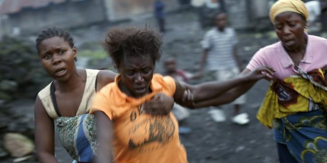 Des femmes fuient les combats à Saké, à l'ouest de Goma.