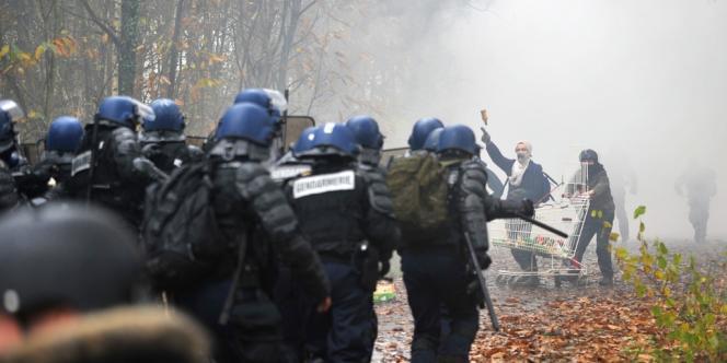 Des heurts ont éclaté entre les opposants et les forces de police.